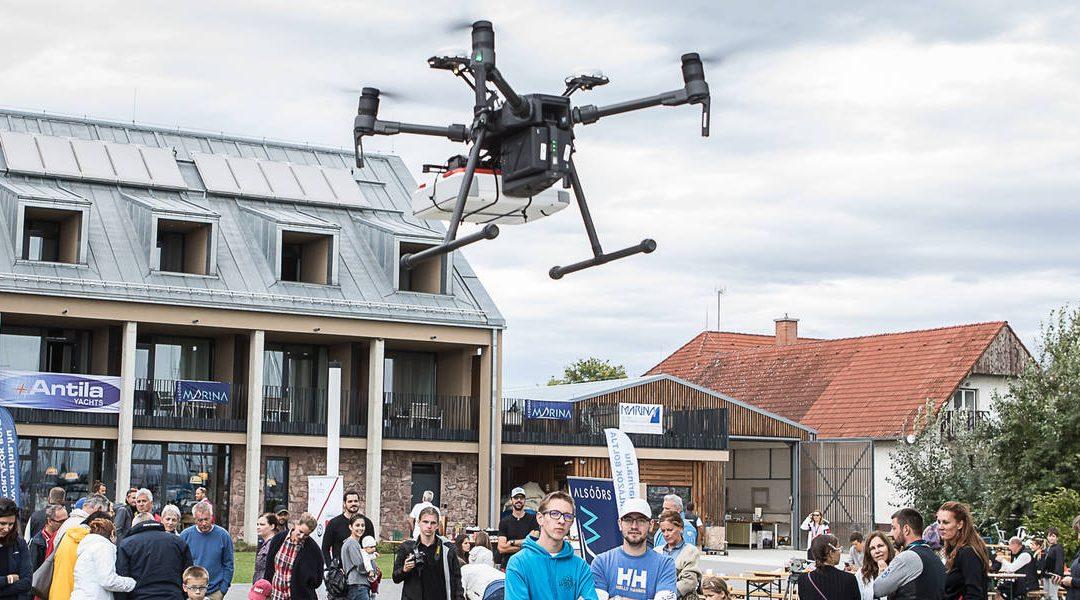 Szenzáció az újraélesztésben: drón szállított életmentő készüléket az alsóörsi kikötőben